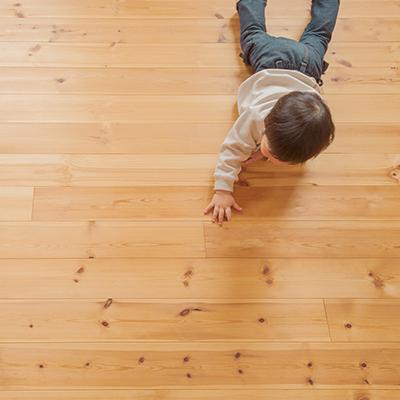 姫路市の無垢の家・木の床で自由に遊ぶ子供